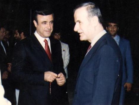Al-Assadin veljekset 1980-luvun alussa (vas. Rifaat, oik. Hafez).
