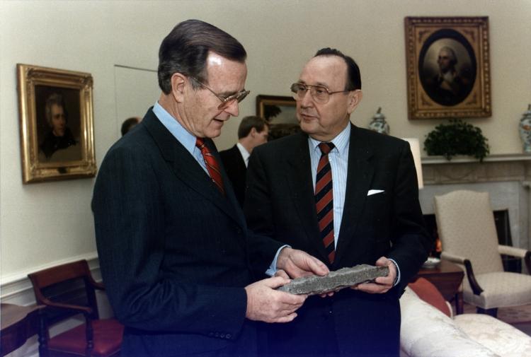 Yhdysvaltain presidentti George Bush ja Länsi-Saksan ulkoministeri Hans-Dietrich Genscher Valkoisessa talossa vuonna 1989. Bush 41:n kädessä pala murtunutta Berliinin muuria. Kuva: Wikimedia Commons