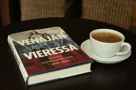Tarkka pitää lukijan hereillä, joten pieni kahvikuppi riittää. [Kuva: Ilmar Metsalo]