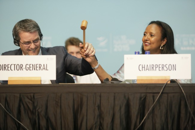 WTO:n pääsihteeri Robert Azevedo ja kymmenennen ministerikokouksen puheenjohtaja Amina Muhamed nuijan varressa Nairobissa joulukuussa. Kuva: WTO