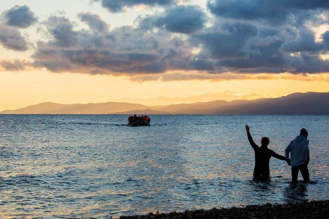 Egean meri aamunkoitteessa. Aamun ensimmäinen vene saapuu Lesboksen saarelle. Kuva: Sami Lensu.