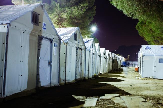 Öinen Morian pakolaisleiri. YK:n pakolaisjärjestö ja Danish Refugee Council saivat helpotusta turvapaikanhakijoiden majoittamiseen IKEA:n lahjoittamista teltoista. Kuva: Sami Lensu.