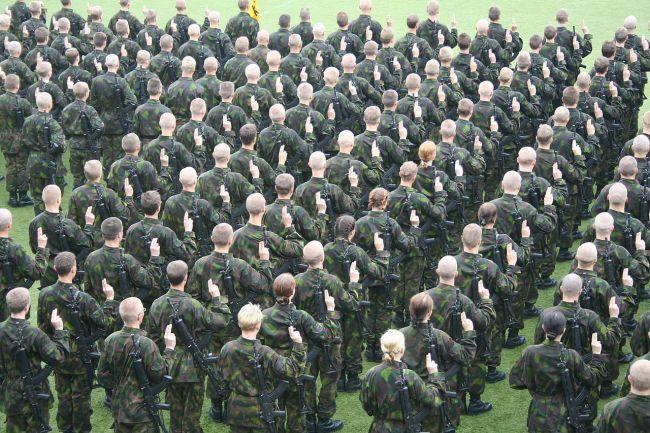 Suomalaisia varusmiehiä antamassa sotilasvalaansa. (Wikimedia)