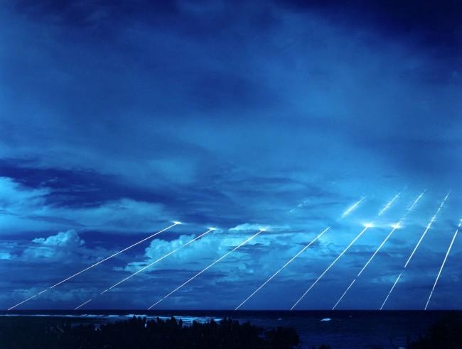 """Kahdeksan taistelukärkeä samasta Peacekeeper-ohjuksesta. Kuva: David James Paquin <a href=""""https://commons.wikimedia.org/wiki/File:Peacekeeper-missile-testing.jpg"""">Wikipedia</a>"""
