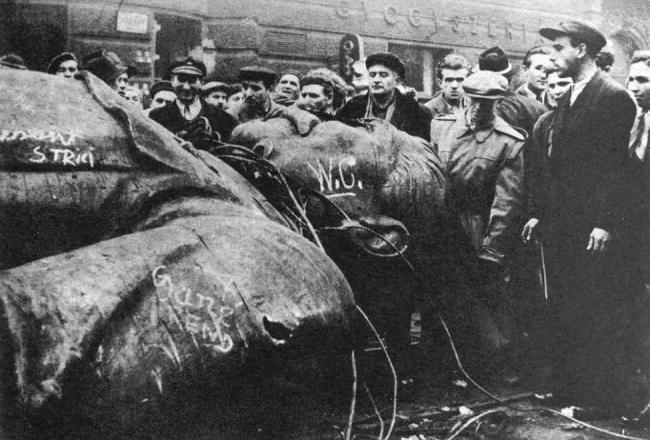 Vallankumoukselliset kaatavat Stalinin jättipatsaan Budapestissa lokakuussa 1956. Kuva: Wikipedia
