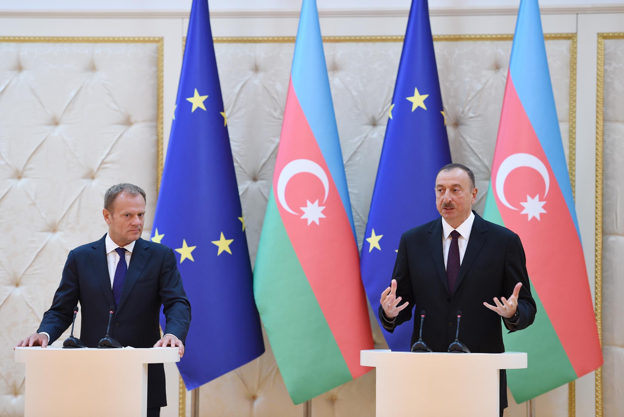 Eurooppa-neuvoston puheenjohtaja ja Azerbaidzanin kovaotteinen presidentti Ilham Alyev. Kuva: en.president.az.