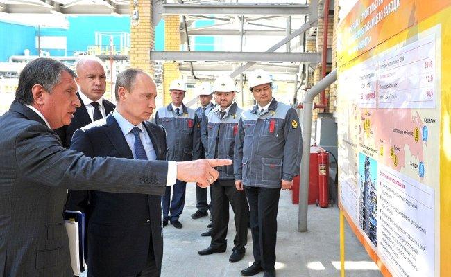 Rosneftin hallituksen puheenjohtaja Igor Setšin esittele presidentti Vladimir Putinille yhtiön jalostamoa Tuapsessa. Lähde: Kremlin.ru.