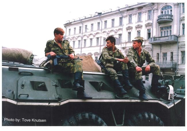 Puna-armeijan tankit vartioivat pääsyä Kremliin vallankaappausyrityksen aikana elokuussa 1991. Kuva: Tove Knutsen / Flickr